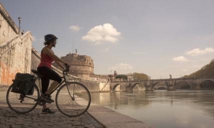 Castel Sant'Angelo visto dalla ciclabile del Tevere